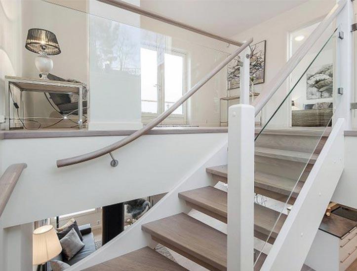 mediniai-laiptai-su-stiklu