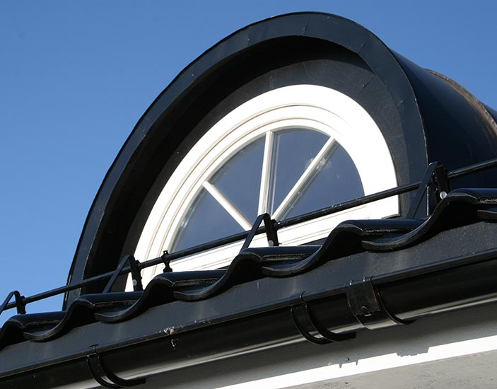 mediniai-langai-apvalios-formos